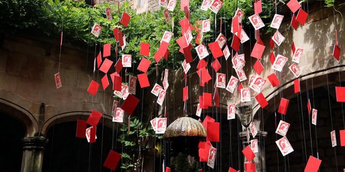 Una instal·lació emula una pluja d'octavetes contra Franco al pati de l'Arxiu Històric de Barcelona